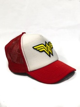 GORRA LOGO WONDER WOMAN BLANCA (CON RED)